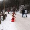 Mergina sniege mažas pav.