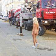 Nuoga mergina gatvėje mažas pav.