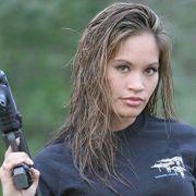 Moterys su ginklais mažas pav.